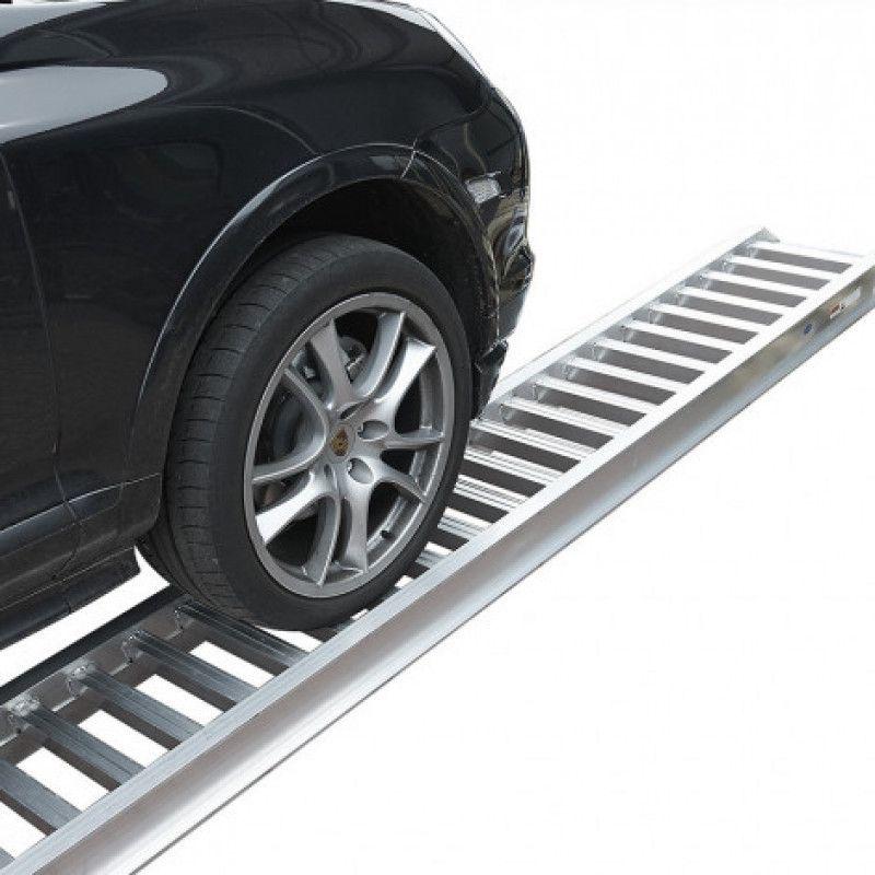 Auto op rijplaat van aluminium
