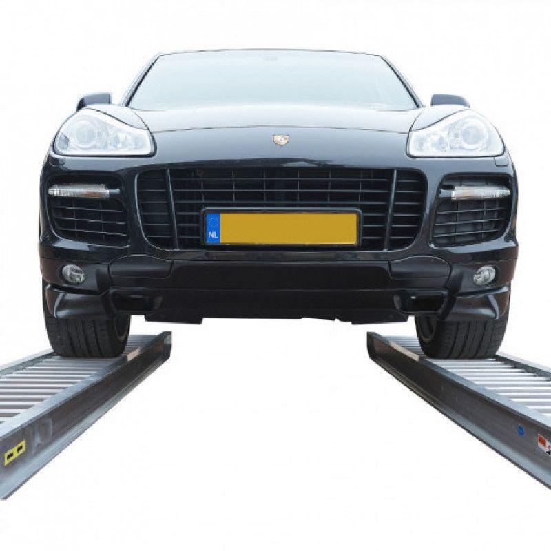 Auto op twee oprijplaten van 300 cm lang capaciteit 4 ton