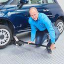 Sterke aluminium krik onder de auto met twee assteunen