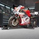 Ducati op zwarte motormover in de werkplaats