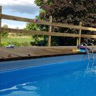 Zwembad met vlonder van geïmpregneerd grenenhout