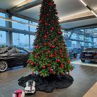 Kunstkerstboom met rode kerstballen