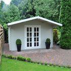 blokhut grijs geverfd tuinhuis in de kleur beton grijs