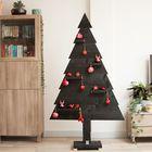 Zwarte kerstboom met rode kerstversiering
