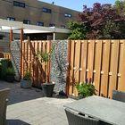 Hardhouten tuinscherm met breuksteen in schanskorf
