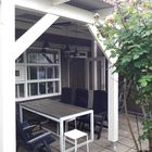 Wit geverfde houten aanbouw veranda