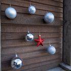 Kerstballen ophangen bollenkisten