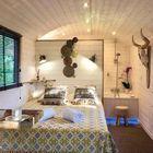 Roulotte en bois avec lit double