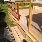 Trap bij verhoogd houten terras