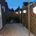 Tuin met schone schelpen en vlonder