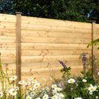 tuinscherm van gleufpaal met stapelplaten hout