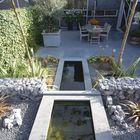 Tuin met Siam Blue vijverrand