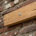 Wie befestigt man einen Balken an der Wand?