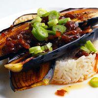 Aubergines met rijst en Aziatische sauzen
