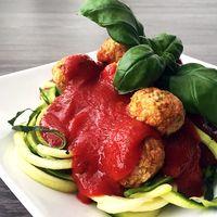 Courgetti met tomaat, basilicum en groenteballetjes