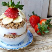 Crunchy spelt, yoghurt, banaan en aardbei