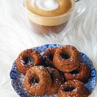 Glutenvrije en suikervrije donuts uit de oven