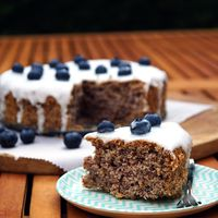 Glutenvrije taart met bosbessen en limoen en suikervrij glazuur