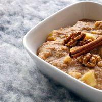 Warm quinoa ontbijt met appel en kaneel