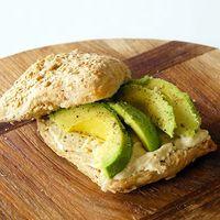 Broodje met avocado en hummus