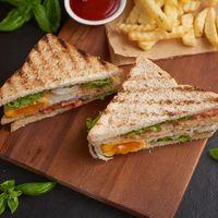 Club sandwich met omelet, komkommer of tomaat