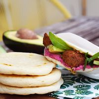 Zelfgemaakte pitabroodjes met falafel