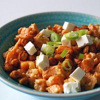 Zoete aardappelsalade met feta en kikkererwten