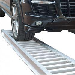 Auto op aluminium oprijplaat