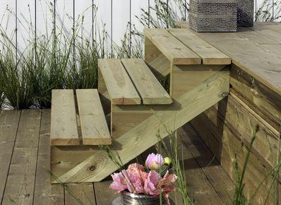 terras aanleggen van hout op palen vlonderplanken leggen