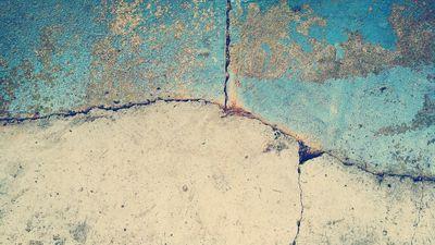 Scheuren in de muur zelf herstellen
