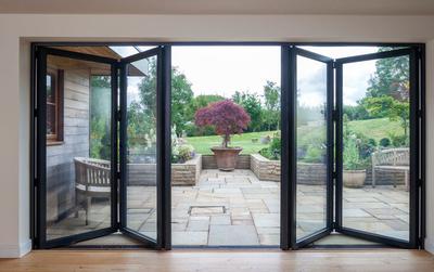 Alle verschillen tussen openslaande deuren, glazen schuifpui of vouwpui terrasdeuren voor uw woning