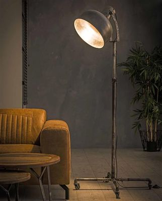 Vloerlamp Freyburg van industrieel metaal op wieltjes