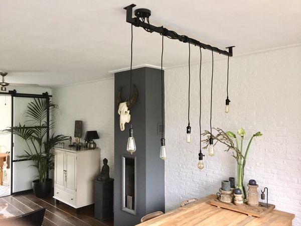 Industriele-loftbar-Edison-kooldraadlampen.jpg