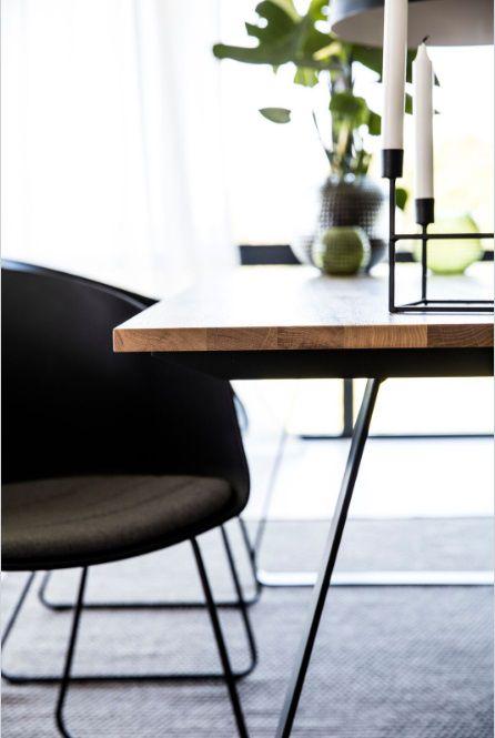 eikenhouten_tafel_zwart_metalen_onderstel_levaleva.jpg