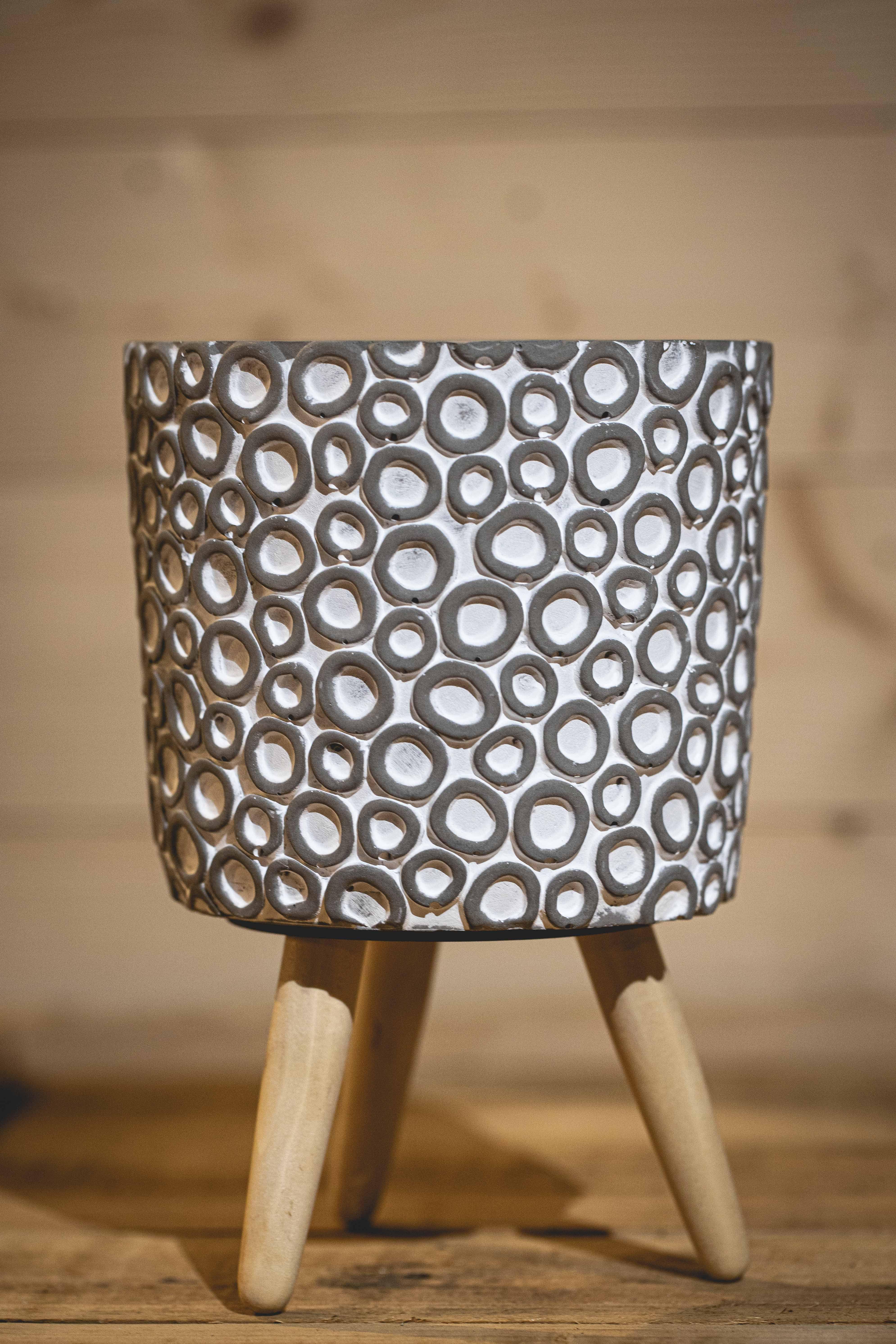 h.22 Ø14 cm Cement w.ring design w.wooden legs