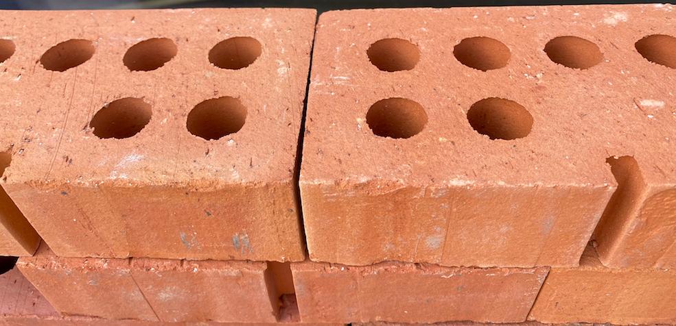 baksteen van klei met schijnvoeg