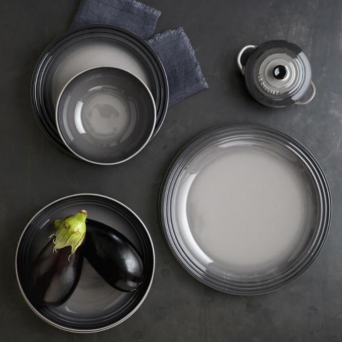 Le Creuset diep bord grijs Ø 22 cm sfeer