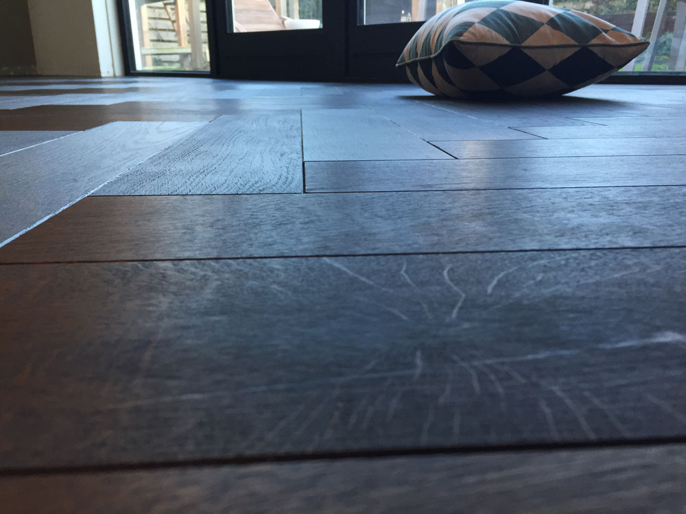 Zwarte visgraat vloer pakt goed uit