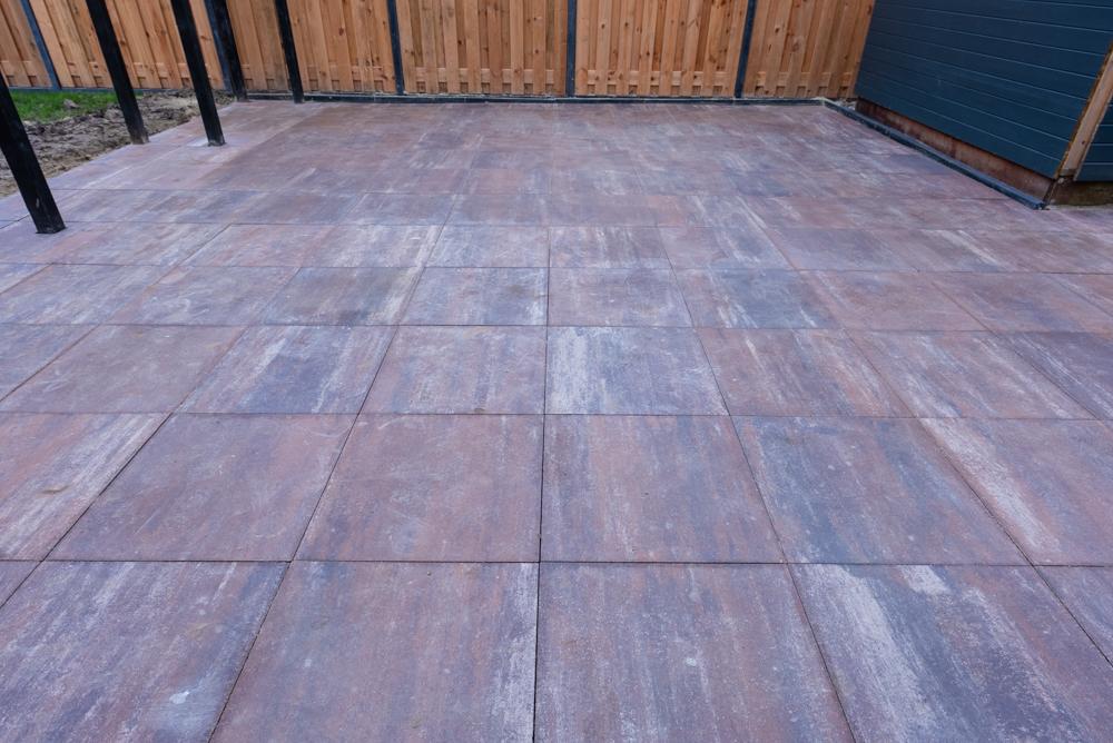 Terras van betontegels aanleggen