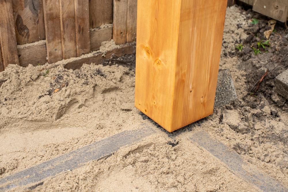Plaatsen van de staanders op betonpoer