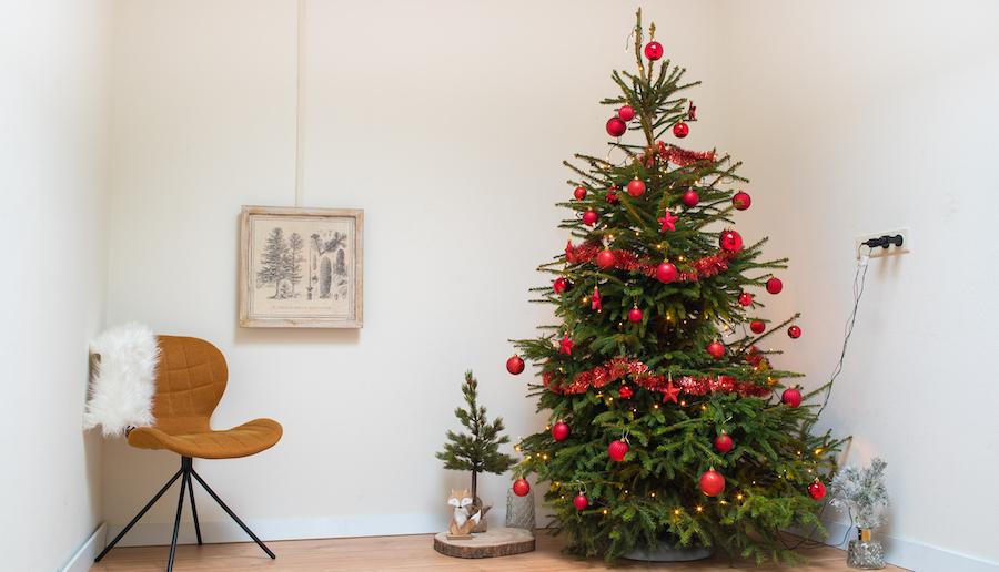 Kerstboom rode kerstversiering
