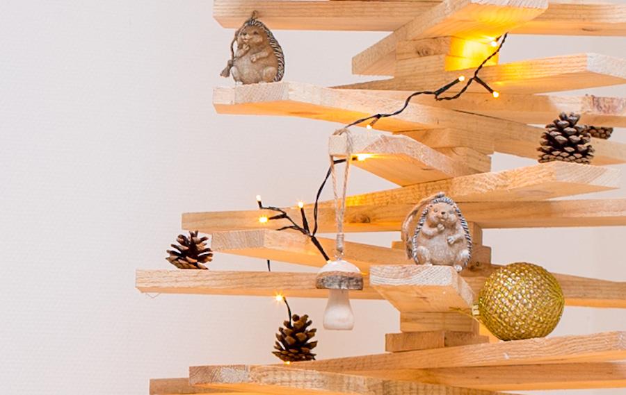Versieren houten kerstboom