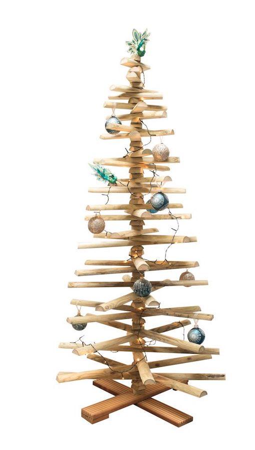 Houten kerstboom versieren