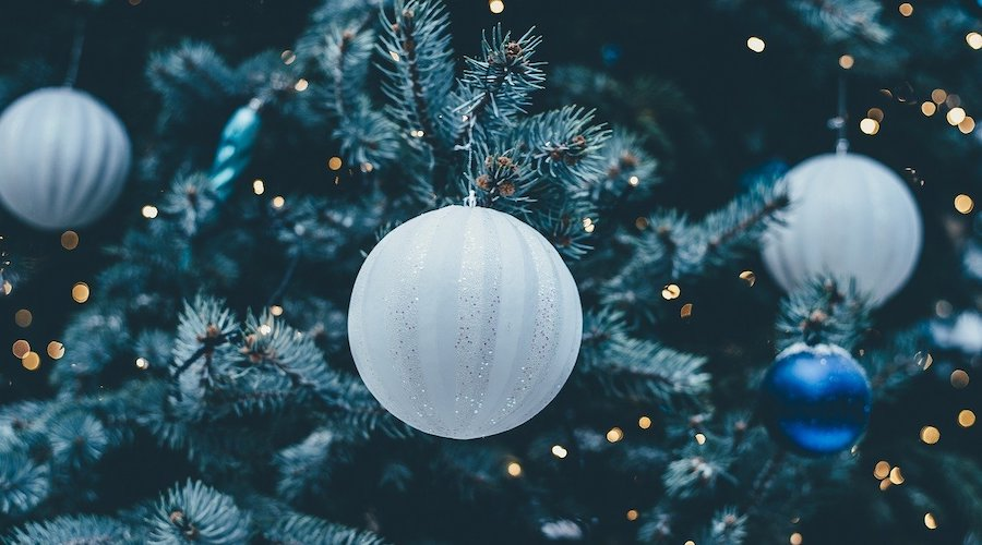 Kerstboom versierd wit