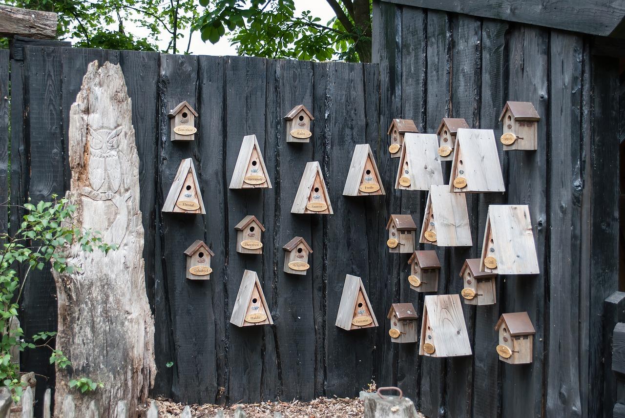 schutting zwart vogelhuisjes