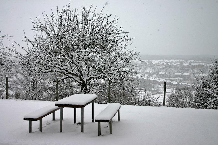 Sneeuw op de picknicktafel