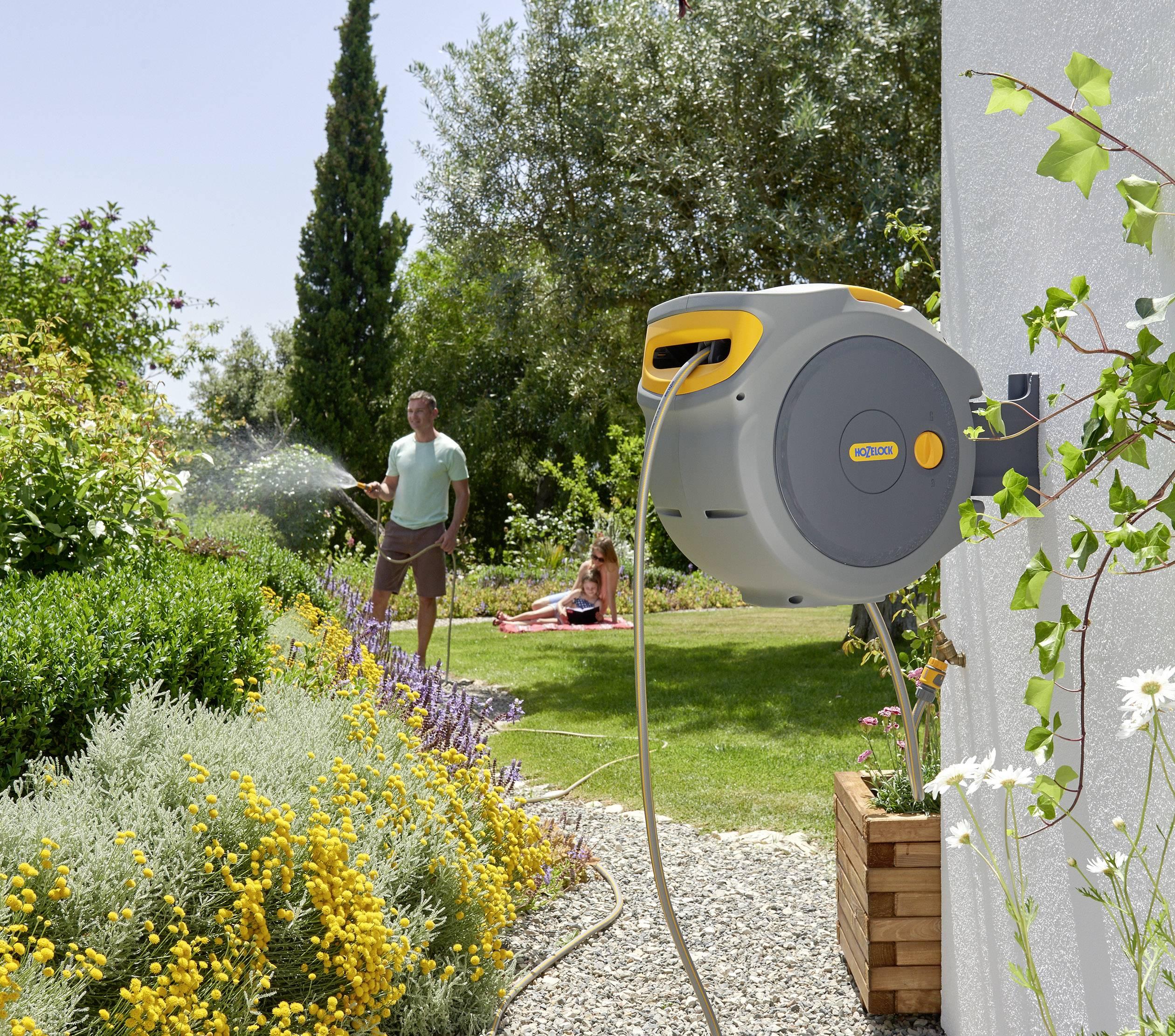 Hozelock Auto Reel 2401 | Muurhaspel met tuinslang 20m | Zelfoprollend | Incl. startset koppelingen en tuinspuit