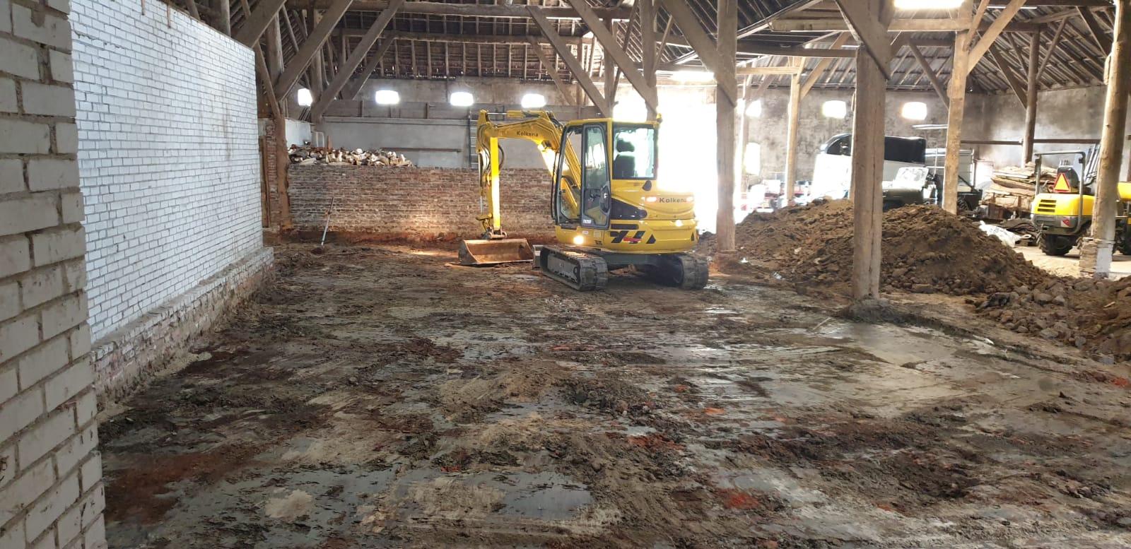 Ontgraven boerenschuur en voorzien van klinkerbestrating