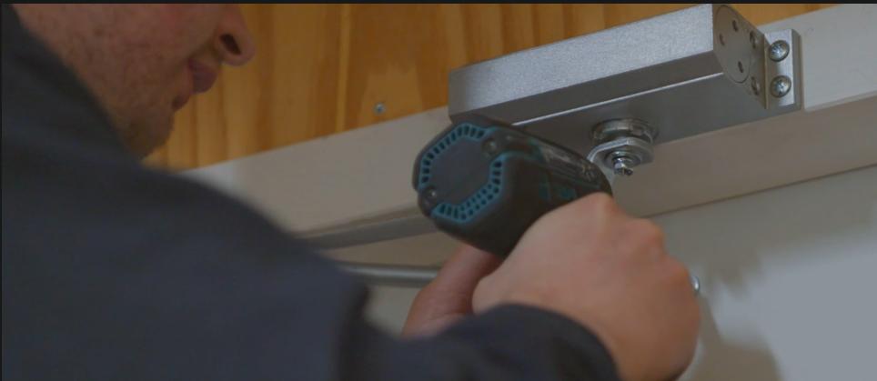 Hoe monteer ik een deurdranger?