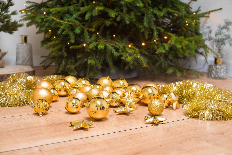 kerstboom versiering goud kerstslingers kerstballen
